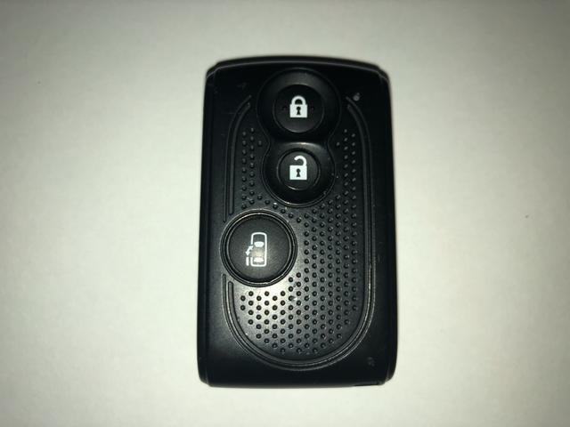 スマートキーを携帯していれば雨の日もドアの施錠や開閉もボタンひとつで便利です♪