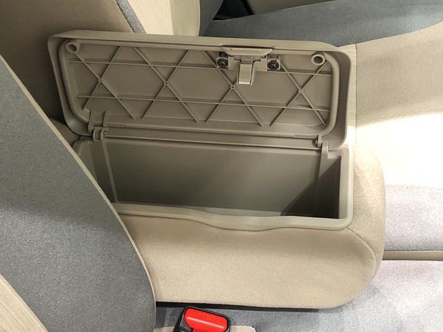 フロントシート間にあるアームレストには収納スペースがあります