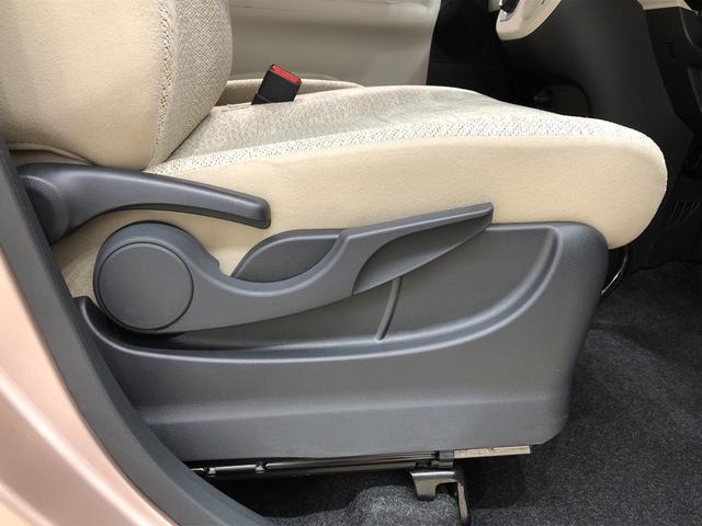 運転席の座面の高さ調整ができるシートリフターが付いてます
