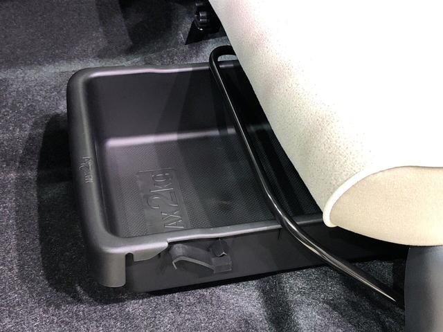 靴などが収納できる便利な助手席シートアンダートレイが付いてます
