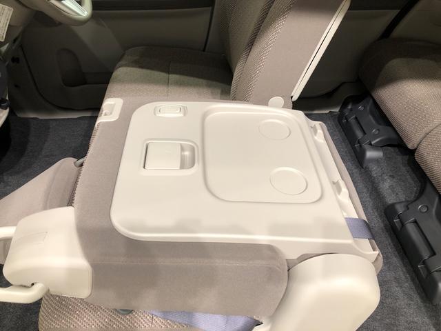 助手席はテーブルとして使う事も出来るので車内での食事等にも重宝しますよ!
