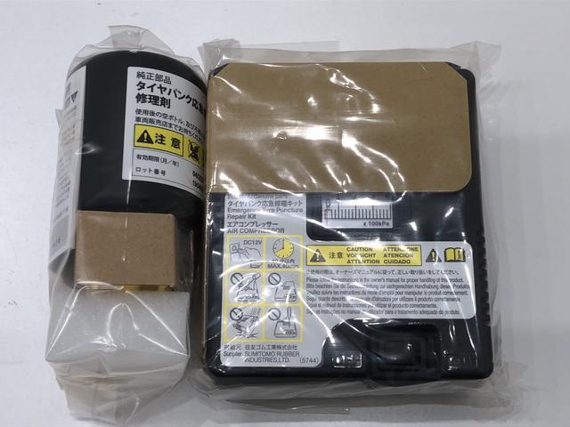 万が一のパンク時には専用ツールの液剤と簡易コンプレッサーにて対応。