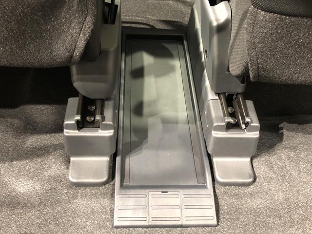 前後席間の縦移動、運転席・助手席の横移動など車内の行き来がスムーズになるフロントウォークスルーを設けています。
