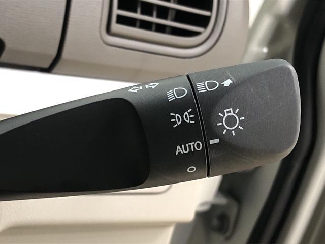 周りの明るさに応じて点灯するオートライト。ワンタッチターンシグナル機能付き方向指示器になっています。レバーはターン位置で固定されず、手を離すと元の位置に戻ります。