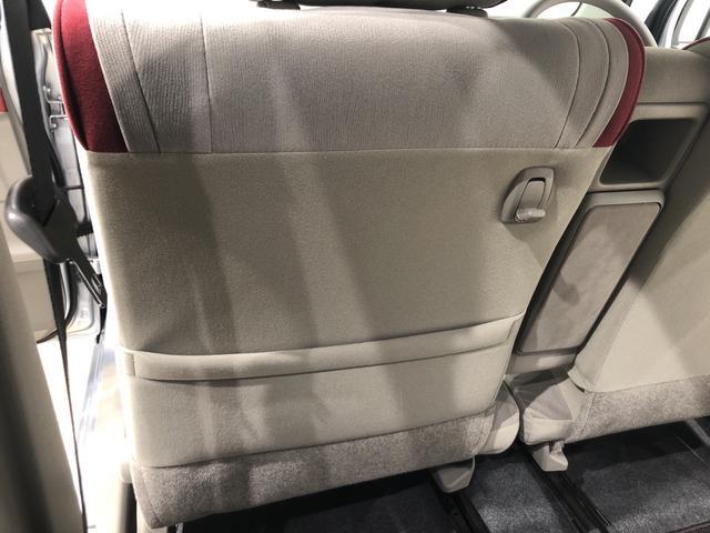 前席のシートバックには吊り下げフックとマガジンポケット♪