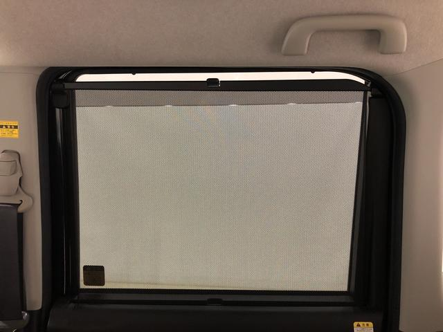 後席にお乗りの方が眩しくないように日差しを軽減する格納式リヤドアサンシェードが付いてます