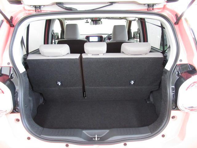 リヤシートは前に倒れて、荷室を広く使うことができます。