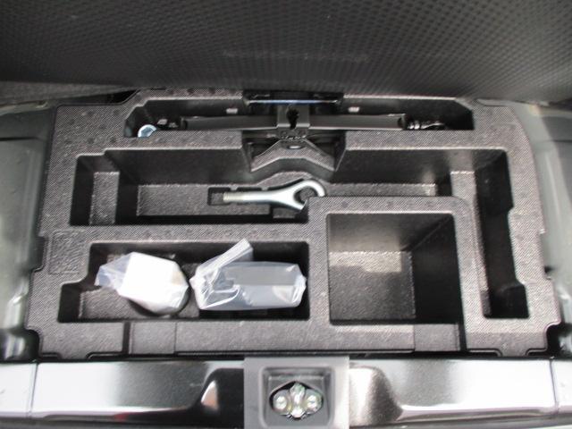 トランク下には非常時のジャッキ類やタイヤパンク修理キットが搭載されています