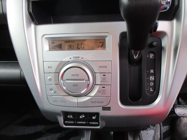 操作のしやすいインパネシフトレバーです。オートエアコンも付いて快適です