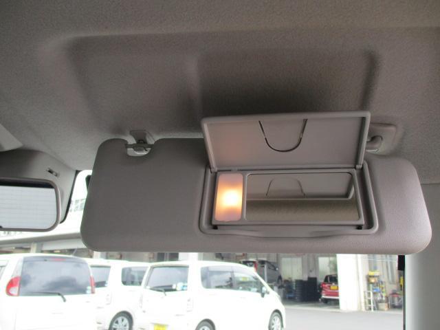 運転席サンバイザーには鏡が付いてます