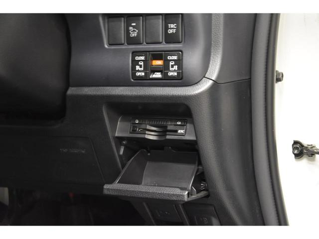 車庫入れも楽々なカラーバックカメラ付き!駐車する際に障害物や小さなお子様など死角を防ぐにも重要な装備!ヴォクシー 中古車 お任せ下さい!