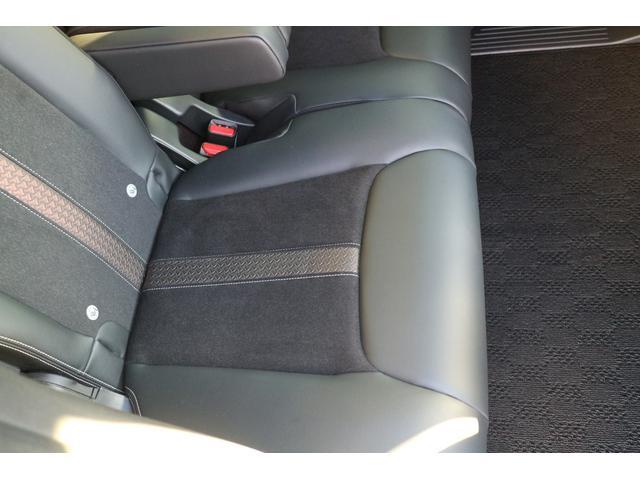 後席右側座面。