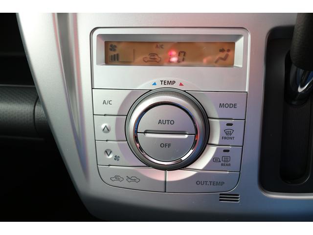 車内を快適な温度に保つフルオートエアコン。