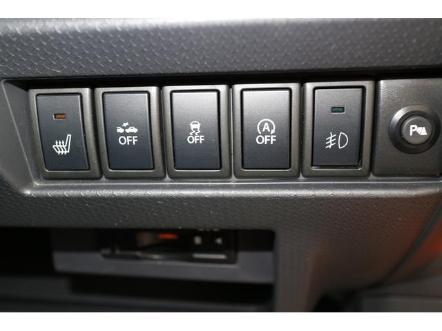 各安全装備やシートヒーターに関するスイッチが整然と並びます。