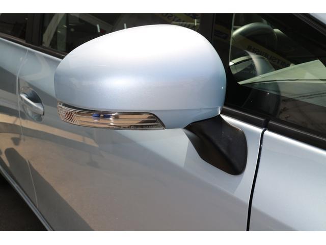 右ドアミラー。被視認性の高いウインカー内蔵タイプです。
