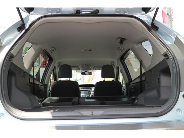 後席を両側倒し、広い荷室としてお使い頂けます。