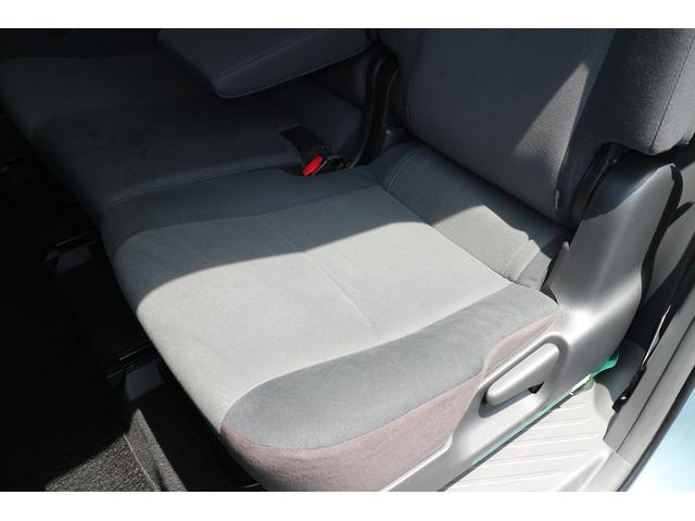後席左側座面。