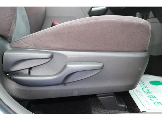 運転席には座面の高さ調整機構が備わります。