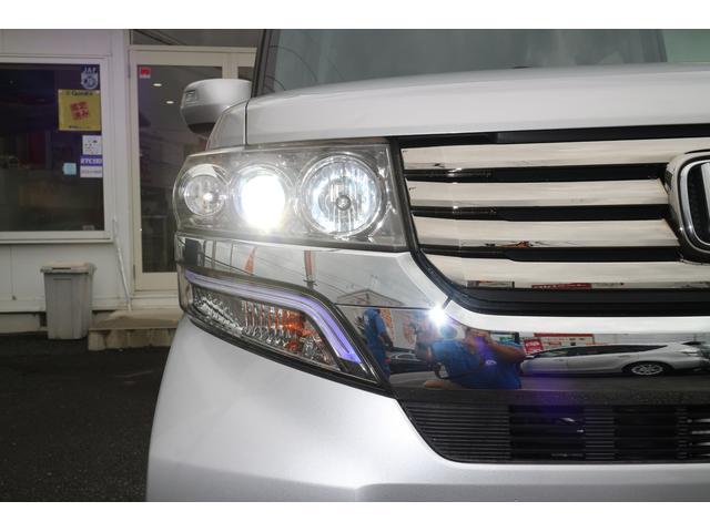 右ヘッドライト。明るく、安全に貢献するディスチャージヘッドライトとなります。