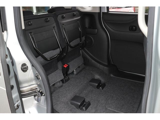 後席はチップアップ機構が備わり、背高のお荷物の積載にも対応しております。