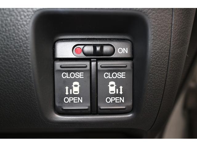 運転席からも電動スライドドアの開閉が可能です。