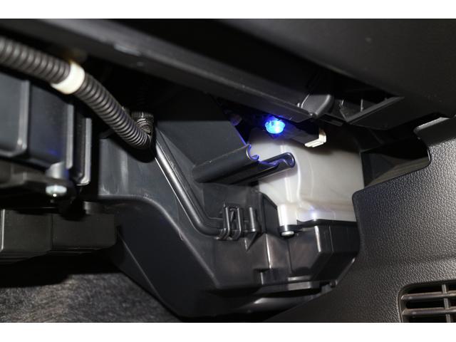 純正オプションのイルミネーションが装着されており、足元を照らします。