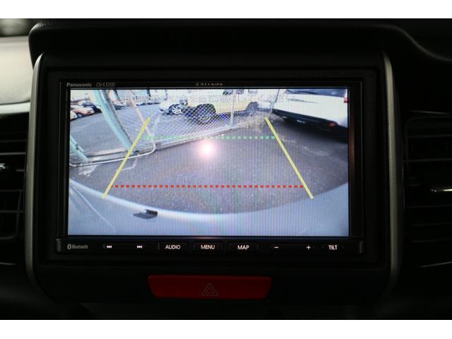 車庫入れ時に重宝するバックカメラ付き。