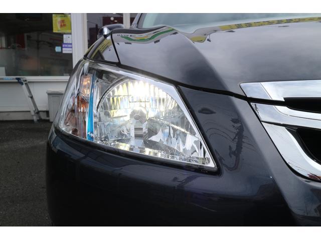 右ヘッドライト。夜間のドライブにも明るく安全に貢献するディスチャージヘッドライトです。