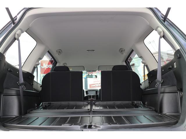 3列目シートを両側倒し、広〜い荷室としてご利用頂く事も可能です。