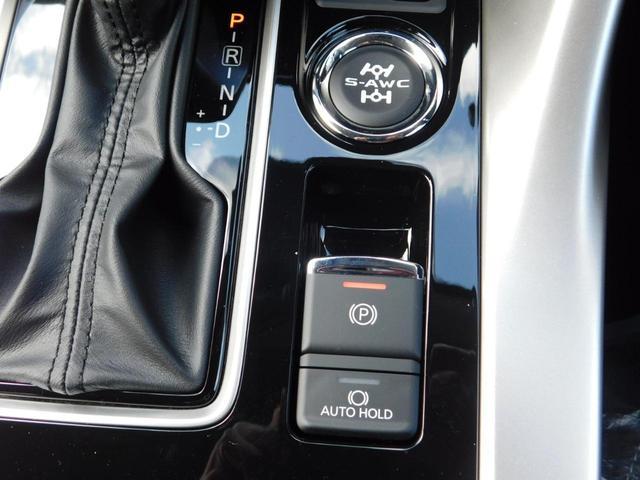 リヤの電波式レーダーが死角になりやすい斜め後方・隣レーン後方から接近車両を検知し、ドアミラーインジケーターの点灯で存在を告知。その状態で車両方向にウインカーを出すと警報ブザーとドアミラーランプで警告。