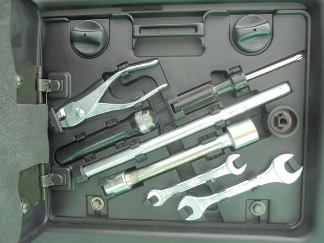 バックドア内収納の工具です。