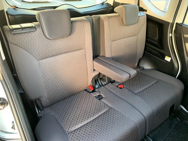 後席も肘置きが付いてますのでゆったりロングドライブ出来ますね。。