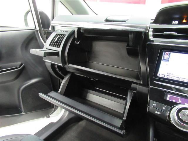 上下2段のグローブボックスは収納力に余裕あり!車内もスッキリ整理整頓!