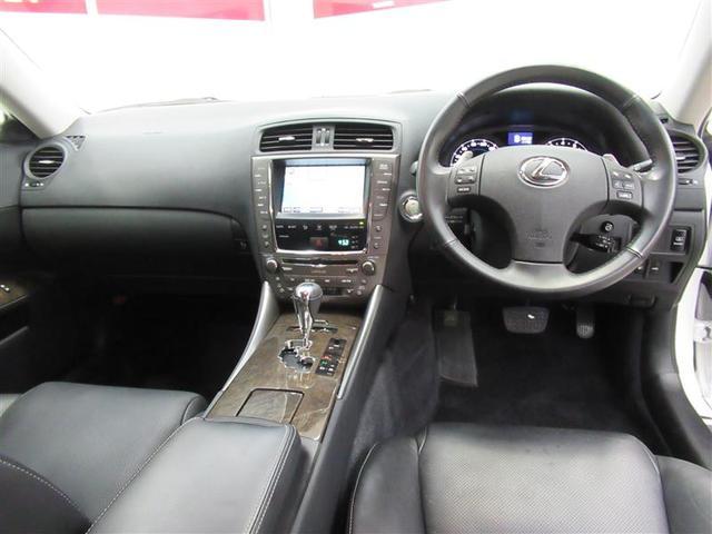 黒基調でスポーティな雰囲気の内装に「レクサス」ブランドの高級感が加わった運転席回りです