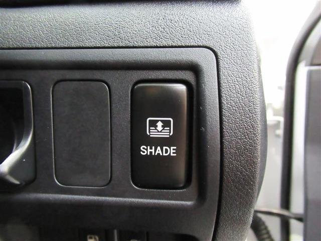 後部座席後方のリヤウインドウには電動式のサンシェードを装備!スイッチひとつで簡単開閉で後方からの日差しを和らげます