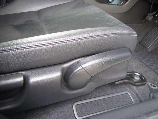★シートハイトアジャスターを装備★ 運転席の座席の上下の調節ができるので、体格に合わせて運転姿勢がとれます。女性の方も安心して運転できます!