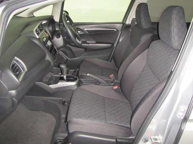 広く大きなフロントシートでボディーを包み込むようにホールドしてドライブも快適です。