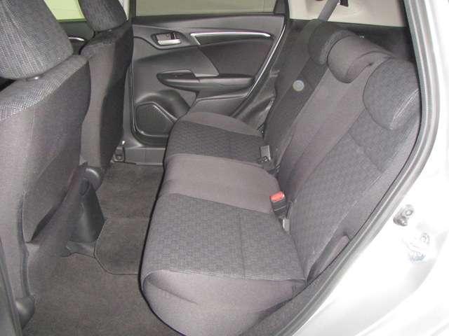 ★足もと広々★ 後席の足元がとても広いので、ゆったり座れて、ドライブを楽しめます!