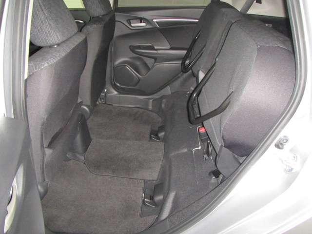 ★後席座面跳ね上げシート★後席の座面を跳ね上げると、背の高い荷物もつめます。お子様が車内で着替えなどできます。