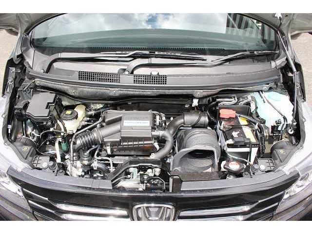 駐車場や交差点などでは軽く回せてスムーズに戻り、高速ではしっかりとした安心感のある手応えになる制御を採用したハンドル。