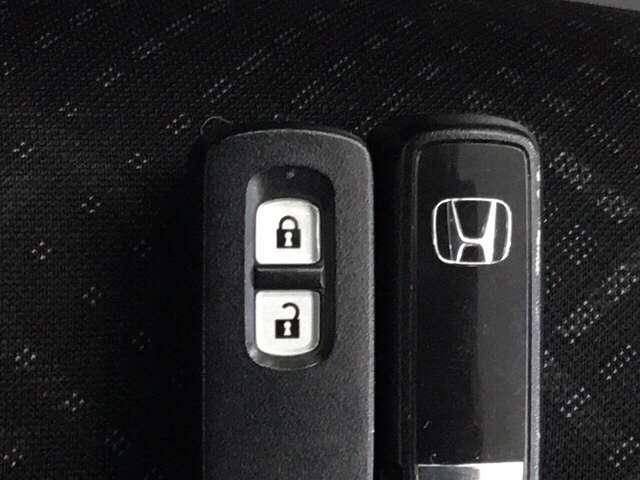 ☆スマートキー☆ かばんやポケットに携帯するだけで、ドアの開け閉め・エンジンの始動が可能です。荷物が多くて手がふさがっている時などとても便利です。