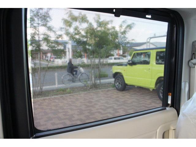後ろの窓についているロールサンシェードは人はもちろん食べ物を乗せる時にもセットしておくと日光をカット出来ますよ♪