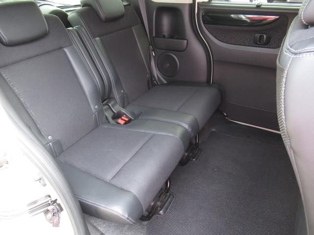 通常は後席の下にある燃料タンクを前席の下に置くことで、後席から後ろの床を劇的に低くできた「センタータンクレイアウト」。後席をより後ろに据えられ、広い足元を生みました。