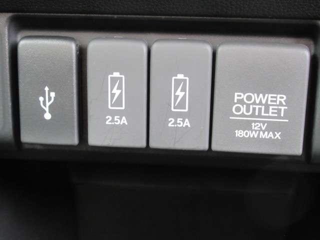USBや充電もできます。アクセサリーソケットも並んで綺麗に設置されています。