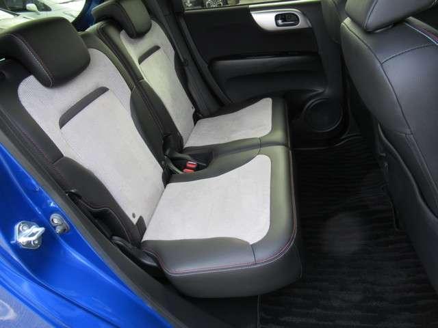 後席の座面をはねあげれば、背の高い荷物もOK。ラゲッジルームも同時に使えます。