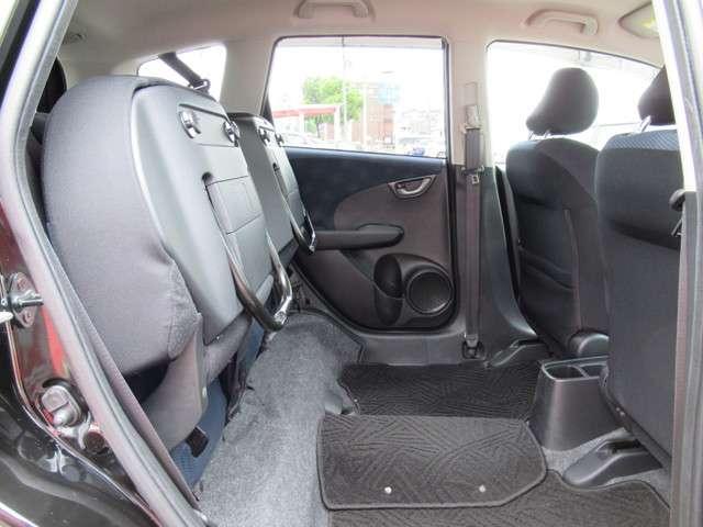 リア席は跳ね上げ可能です。収納スペースにもなるので、長い物を積んだりご活用頂けます!