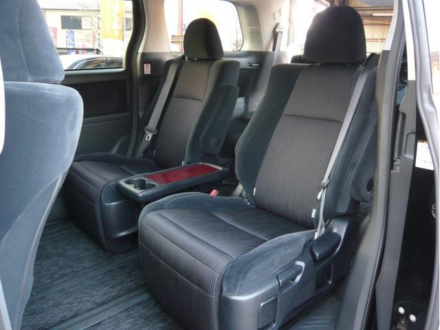 最近は1人でも多く乗る8人乗りというよりは、7人乗りのキャプテンシートの方が人気な感じがします♪キャプテンシートの方がチャイルドシートも載せやすいですよね♪ウォークスルーも良いですよね♪