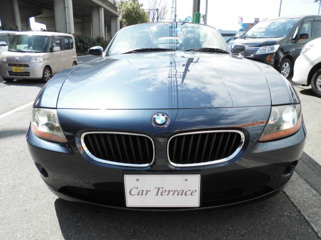 閲覧頂き有難うございます!駆け抜ける喜び、否、悦び!BMW Z4ロードスター希少カラートレドブルー入庫です。屋祢下、カバー付き保管で展示致しております。