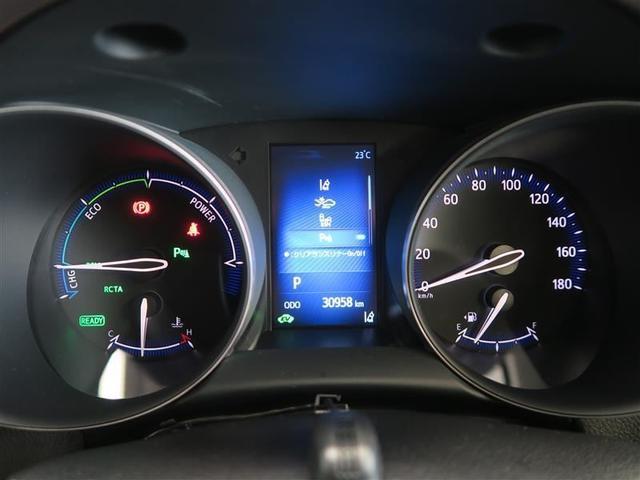 シンプルな配置のメーター!HVの稼働状況や瞬間燃費などが確認できるインフォメーションディスプレイが中央に配置されています