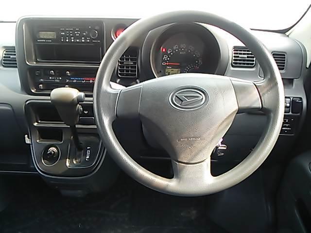運転席です。キーレス・CDデッキ・電動格納ミラー付です♪